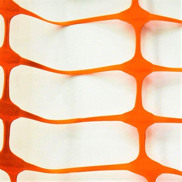 imagem detalhe da tela tapume na cor laranja com vão formato retangular