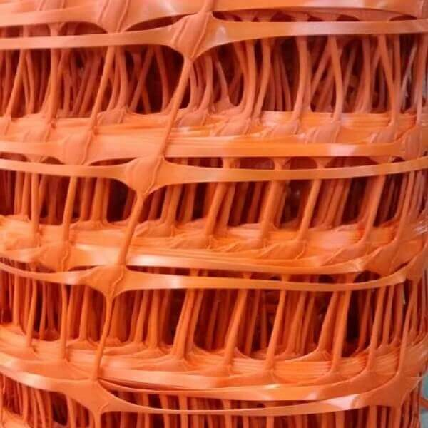 imagem detalhe de um rolo de tela tapume na cor laranja