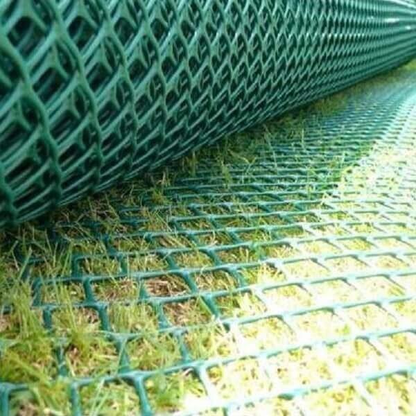 Detalhe do rolo de tela grama armada