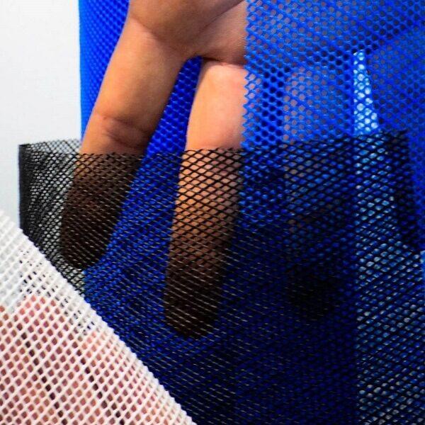 Amostras da tela plástica hexagonal nas cores azul, bronco e preto